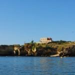 """Al sur de Portugal nos encontramos con Albufeira, un municipio de Faro, en el corazón del Algarve. Fueron los árabes quienes le pusieron el nombre, que en su lengua quiere decir """"Castillo de Mar"""", pequeño mar o lago, de ahí su gran parecido con el Parque Natural de Valencia, bautizado también por los árabes. Albufeira..."""