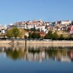 """Coimbra, ciudad con un pasado colmado de hechos relevantes, se muestra en la actualidad como una de las zonas más vitales de todo Portugal. El período de dominación romana ha legado a la ciudad el """"criptopórtico"""", situado bajo las construcciones del antiguo Palacio Episcopal, edificio en el que a día de hoy se encuentra el..."""