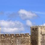 Sobre una colina del noroeste de la Serra de Estrela, a 1.056 m, Guarda es la población más alta de Portugal. Fue fundada en 1197 por Sancho I, el papel de la ciudad como guardián fronterizo explica su nombre y su aspecto algo abandonado. Algunas de sus calles y plazas con soportales son animadas e...