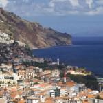 Funchal es la capital y la única ciudad de la isla, donde se hallan la mayoría de los museos y edificios históricos, así como los mejores hoteles, restaurantes y tiendas. La mayor parte de los cultivos de Madeira crecen a lo largo de la soleada costa sur. En cambio, el norte, más frío y húmedo,...