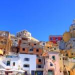 Aunque esté en el centro de un magnífico golfo, Nápoles no es sólo una meta turística de primera magnitud, famosa a nivel internacional: lo más fascinante de ella es además y sobre todo la acumulación, la maraña de testimonios que son herencia de una historia excepcional, la de un crisol metropolitano asomado a las entrañas...