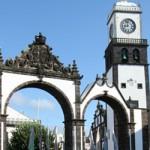 El archipiélago de las Azores se extiende en un radio de 650 km y puede dividirse en tres grupos. Al este quedan Santa Maria y São Miguel, la isla más grande y sede de la capital regional, Ponta Delgada. Las ciudades principales del grupo central, formado por cinco islas, son Horta, en Faial, popular parada...