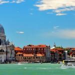 Venecia es en realidad un conjunto de islas, ampliadas y unidas por siglos de trabajos de saneamiento y desagüe, cerradas, bajando hacia Chioggia, por el litoral del Lido y por el litoral de Pellestrina. Desde la laguna surgen otras islas, que se pueden llamar auténticas, como son San Giorgio Maggiore, La Giudecca, Murano y Torcello....