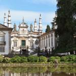 Situada sobre una garganta, cortada por la confluencia de los ríos Cabril y Corgo, Vila Real es un vibrante centro de comercio. Como nudo de comunidades en el Alto Duero, resulta un buen punto de partida para explorar el valle del Duero, hacia el sur, y el Parque Natural do Alvão, hacia el noroeste. Vila...